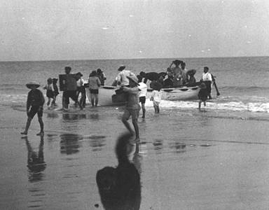 Picture of / about 'Bulwer' Queensland - Group of people disembarking a boat at Bulwer on Moreton Island, Queensland, 1906