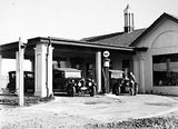 Picture relating to Braddon - titled 'Garage, petrol bowsers and motor cars, Mort Street, Braddon.'