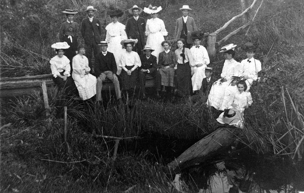 Picture of / about 'Gympie' Queensland - Group portrait of picnickers at Gympie, 1900-1910